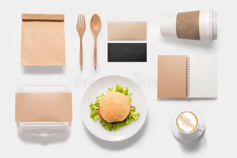 Бренд идеи проекта комплекта бургера модель-макета изолированного на белом bac стоковое фото rf
