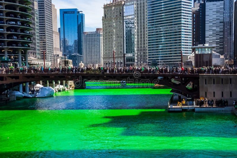 Бриллиантовый зеленый покрасил Реку Чикаго окружен путем праздновать толпу людей стоковые фотографии rf