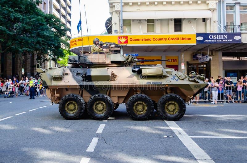 БРИСБЕН, АВСТРАЛИЯ - 25-ОЕ АПРЕЛЯ 2014: Солдат в волнах танка гордо на толпах в параде дня Anzac Брисбена ежегодном стоковые изображения rf