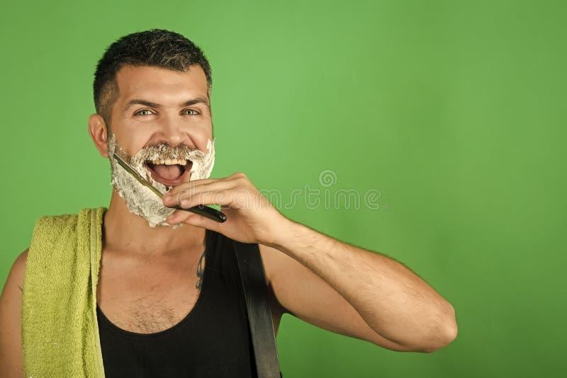 Бритвы рекламы Счастливый битник в парикмахерскае, новой технологии стоковые фотографии rf