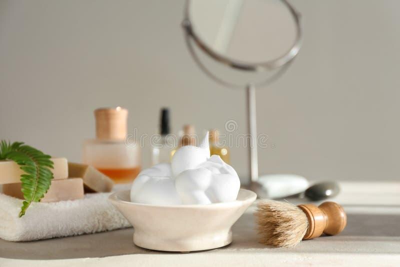 Брить аксессуары на таблице в bathroom стоковые изображения