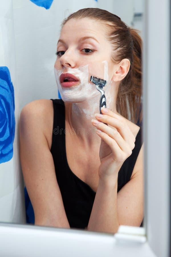 брить девушки ванной комнаты стоковая фотография rf