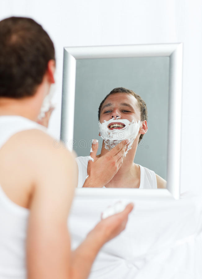 брить человека ванной комнаты стоковое изображение rf