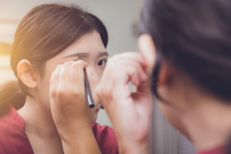 Бровь чертежа состава азиатской девушки предназначенная для подростков стоковые фото
