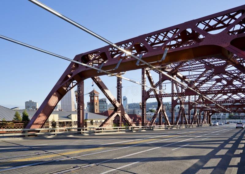 Бродвейский мост Red Truss Buscle через реку Уилламетт в портленде Даун Таун в солнечный день стоковые фотографии rf