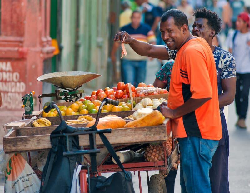 Бродяжничая продавец плодоовощ в улицах Гаваны в Кубе стоковое изображение rf
