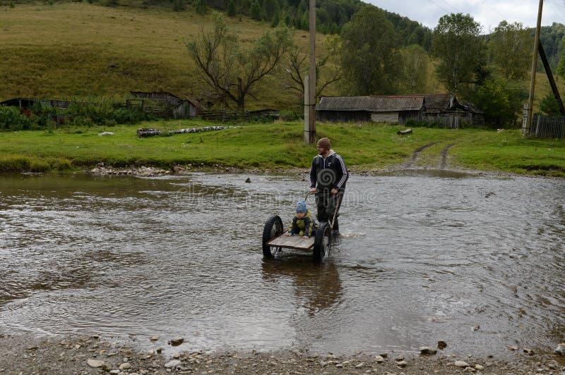 Брод местных жителей до река Yarivka горы в регионе Generalka Altai деревни taiga стоковые фотографии rf