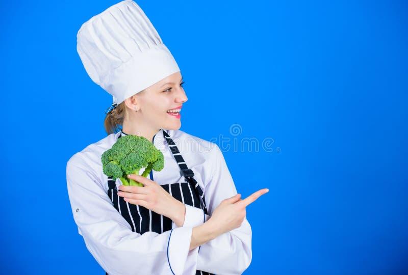Брокколи владением шеф-повара женщины указывая на космос экземпляра Изумляя факты брокколи вы должны знать E r стоковое изображение