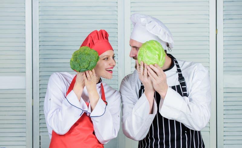 Брокколи и капуста Шеф-повар подготавливает еду шеф-повар человека и женщины в ресторане vegetarian семья повара варя в кухне стоковые изображения rf