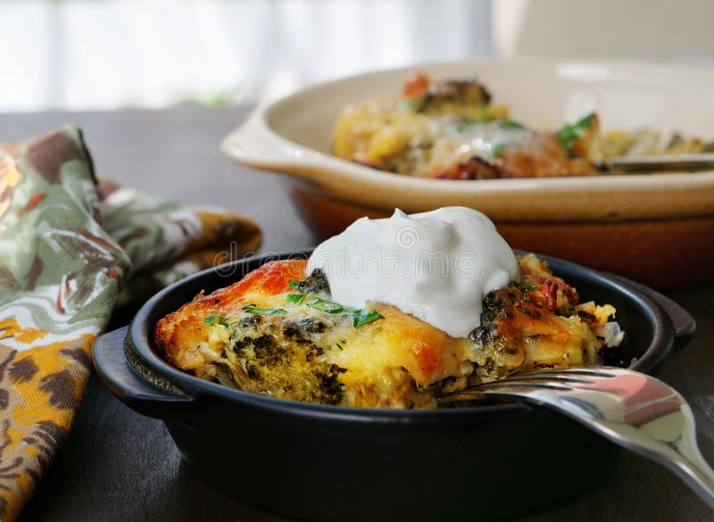Брокколи, лук-порей, цветная капуста, сотейник сыра стоковое изображение rf
