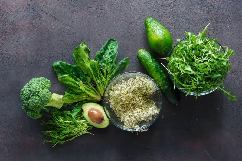 Брокколи, шпинат, авокадо, arugula, горох-всходы, альфальфа, cucumb стоковые изображения rf