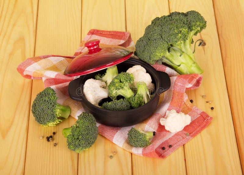 Брокколи и цветная капуста в лотке на деревянном столе стоковая фотография