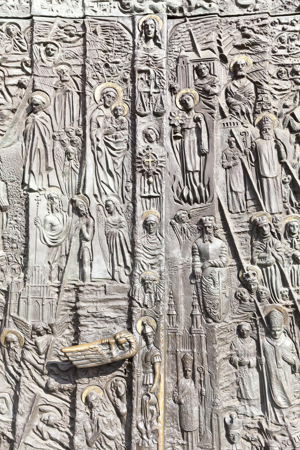 Бронзовая дверь, базилика святого креста, Opole собора, Польша стоковые изображения