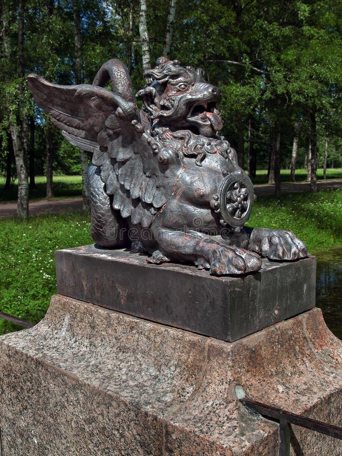 Бронзовая диаграмма мифологического льва на мосте в парке Александра в Tsarskoe Selo в Санкт-Петербурге стоковые изображения