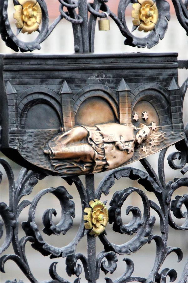 Бронзовая диаграмма Святого на загородке собора St Vitus в Праге, чехии стоковые изображения
