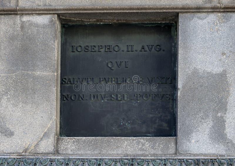 Бронзовая информативная металлическая пластинка на постаменте конноспортивной статуи императора Иосиф II, Josefsplatz, Вена стоковые фото