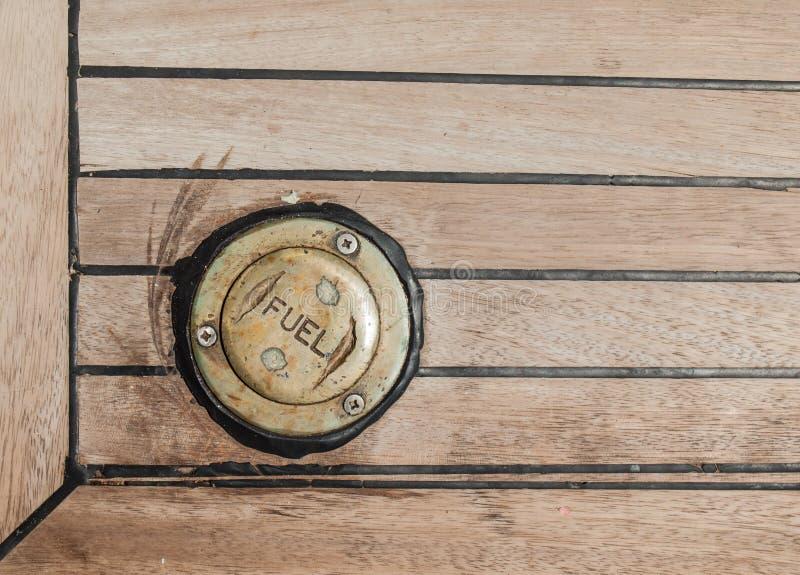 Бронзовая крышка в палубе teak стоковые изображения