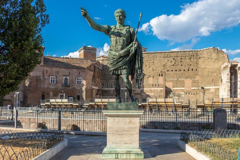 Бронзовая монументальная статуя цезаря Augustus, Рима, Италии стоковые изображения
