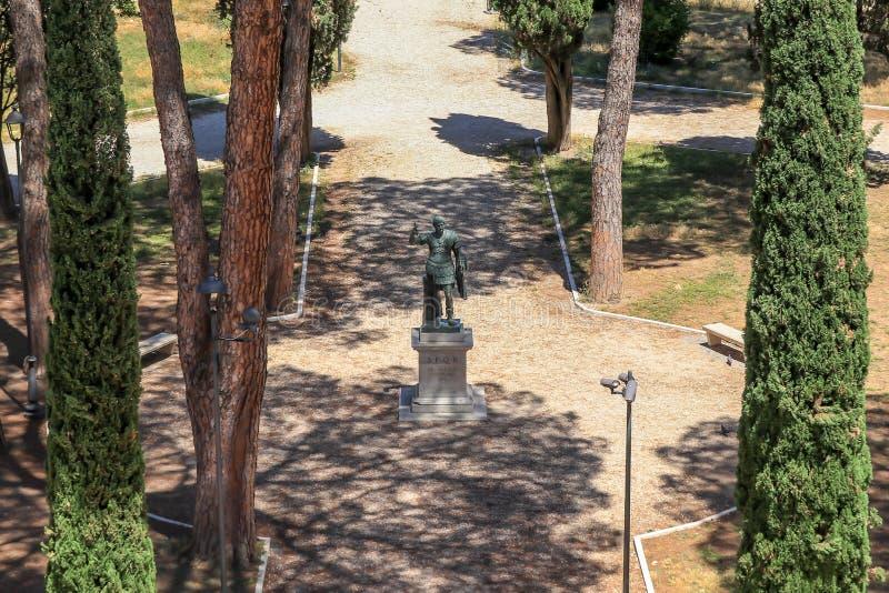 Бронзовая монументальная статуя Imperator цезаря Augustus Hadrian, Рима, Италии стоковые фотографии rf