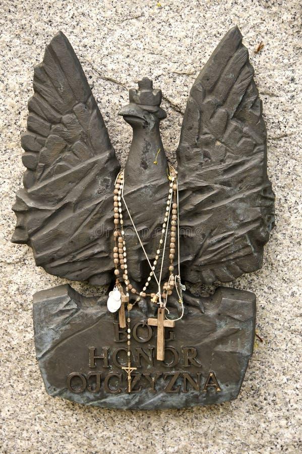 Бронзовая скульптура на надгробном камне упаденного солдата стоковое фото rf