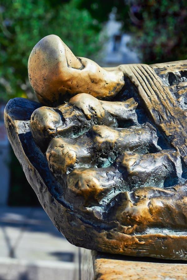 Бронзовая скульптура ноги стоковые фотографии rf