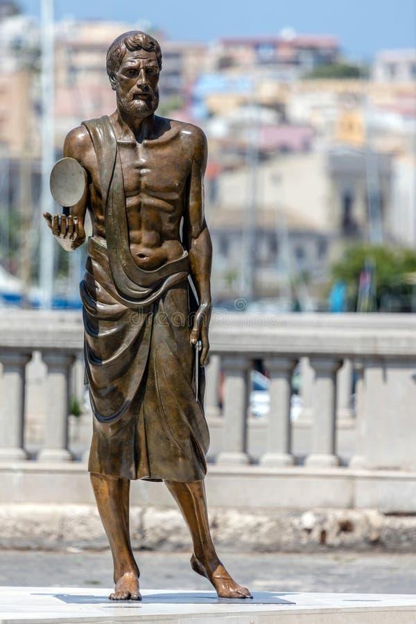 Бронзовая статуя Архимед стоковая фотография rf
