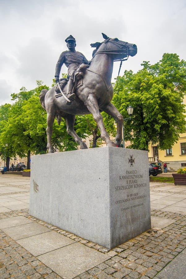 Бронзовая статуя для того чтобы отполировать кавалерию в Chelmno на Реке Висла в Польше стоковые фотографии rf