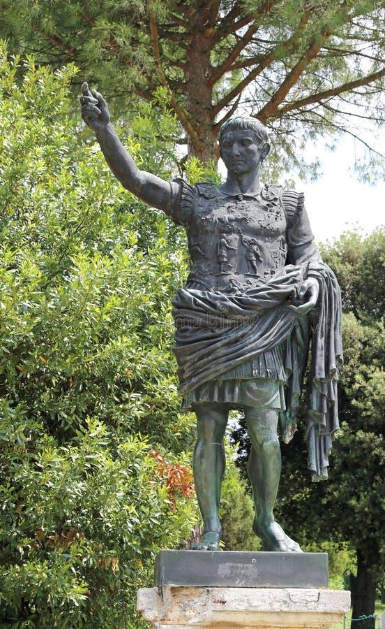 бронзовая статуя императора цезаря Augustus стоковое изображение rf