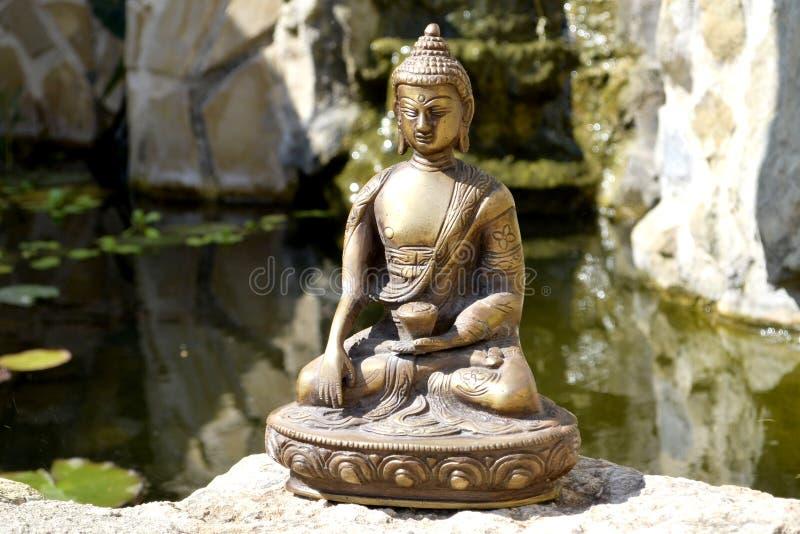 Бронзовая статуя касающей земли Будды стоковое фото rf