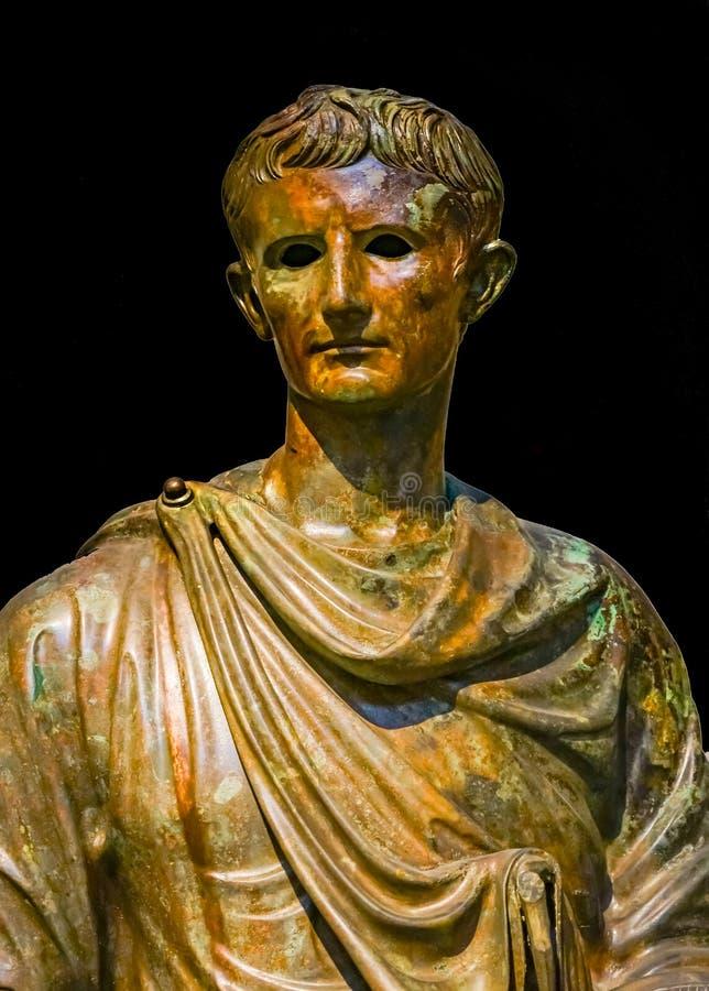 Бронзовая статуя национальный археологический Mu Augustus цезаря императора стоковое изображение rf