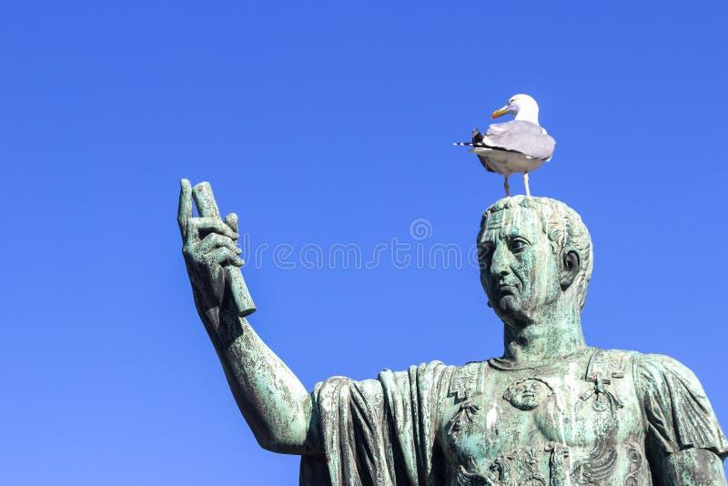 Бронзовая статуя Нерва, emperorof старый Рим, Италия стоковые фото
