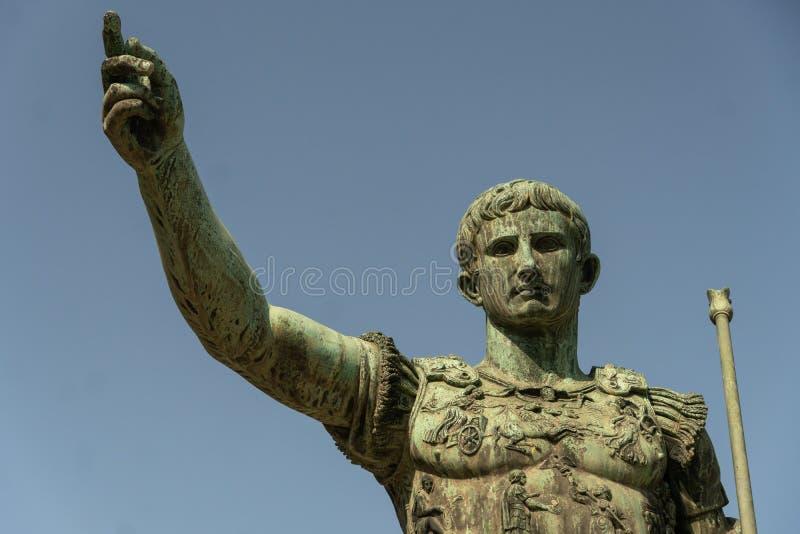 Бронзовая статуя римского императора Augustus цезаря стоковое фото rf