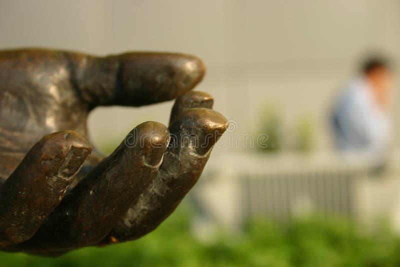 бронзовая статуя руки стоковое изображение rf
