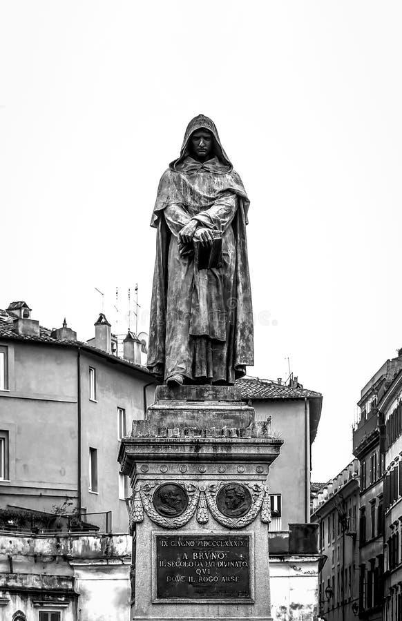 Бронзовая статуя философа Джордано Bruno в Риме стоковое фото rf