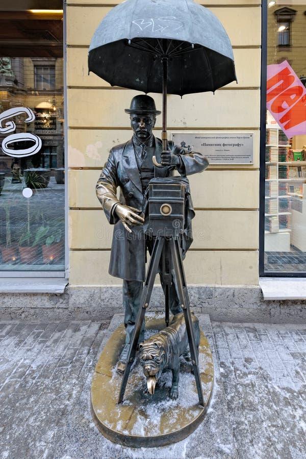 Бронзовая статуя фотографа в StPetersburg, России стоковое изображение rf