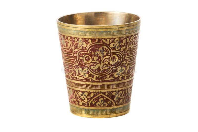 Бронзовая чашка с орнаментом на белой предпосылке стоковая фотография