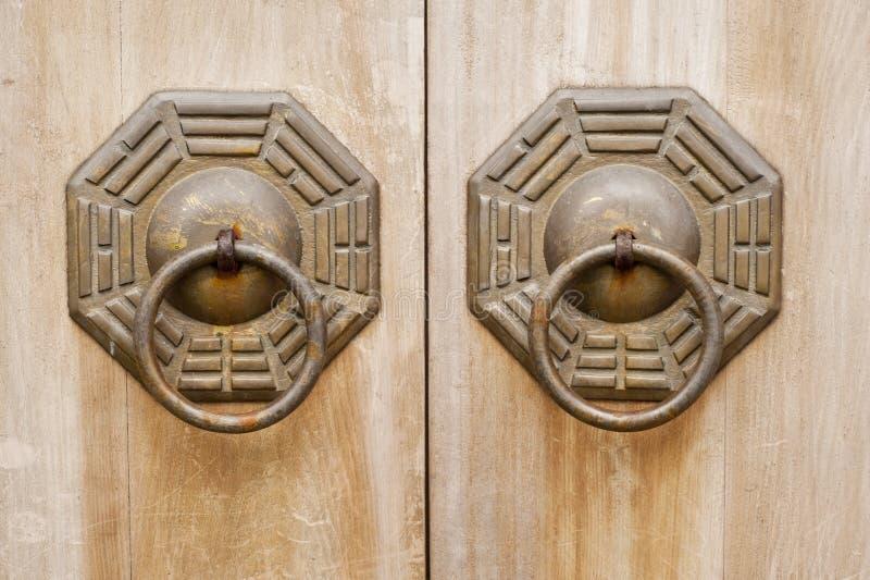 бронзовое китайское деревянное замка двери старое стоковые фотографии rf
