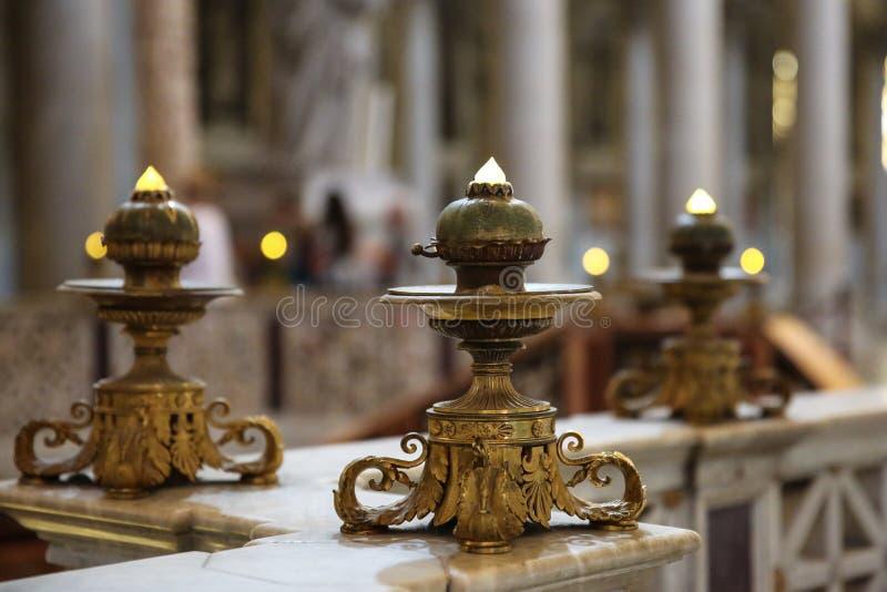 Бронзовые католические подсвечники на мраморном парапете стоковое фото rf