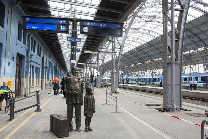 Бронзовые люди семьи czechia статуи на nadrazi hlavni железнодорожного вокзала или praha Праги главном стоковые фотографии rf