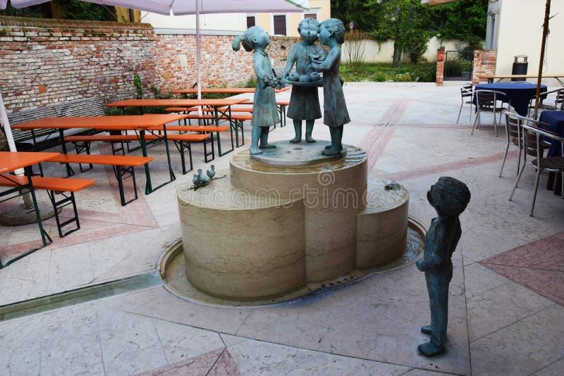 Бронзовые статуи и ресторан стоковые фотографии rf