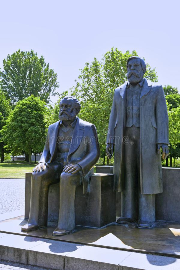 Бронзовые статуи Карл Марх и Фридриха Энгельса, Берлина, Германии стоковая фотография rf