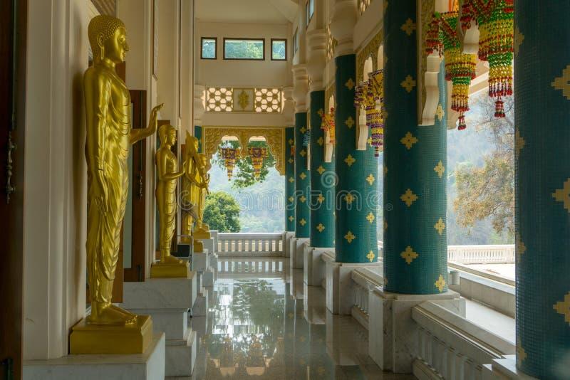 Бронзовый бросая Будда отображает в много действий в монастыре залы буддизма священной виска Gon Wat Pha Phu стоковая фотография