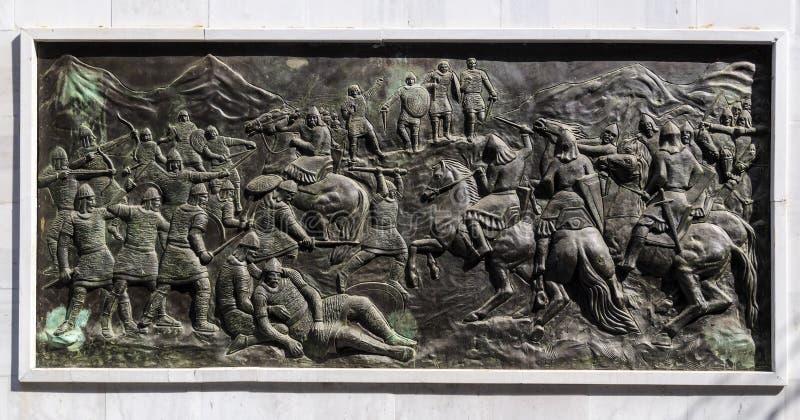 Бронзовый высекая сброс с сценой войны, скопье, македония стоковые фото