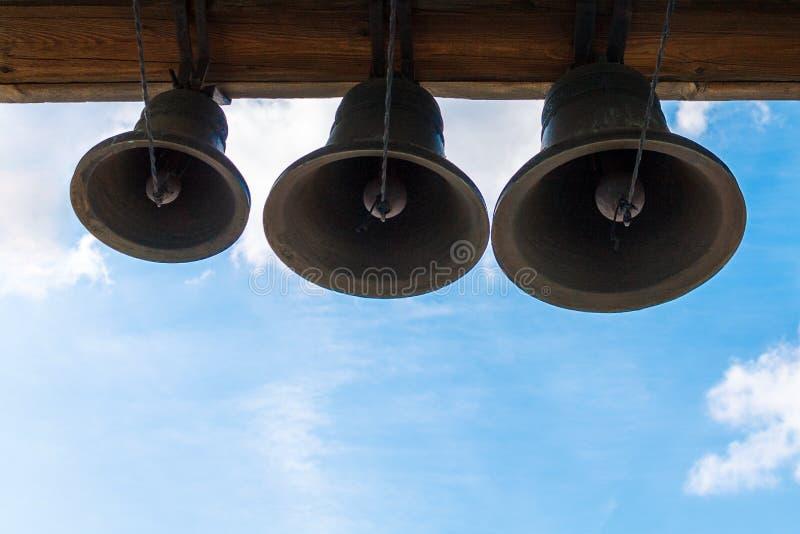 Бронзовый звенеть колоколов на башне виска стоковое фото