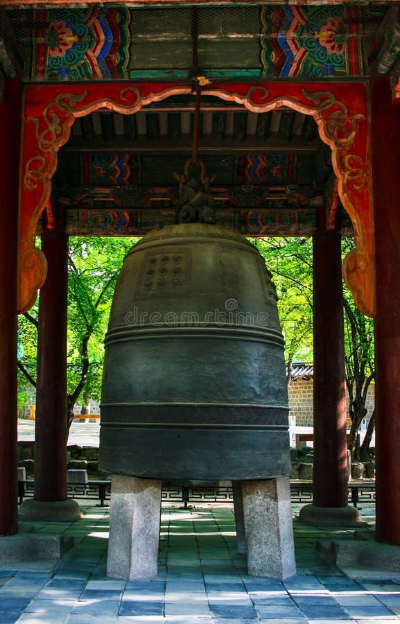 Бронзовый колокольчик ворот Гвангмёнмун во дворце Дексуунг, Сеул, Южная Корея стоковая фотография rf