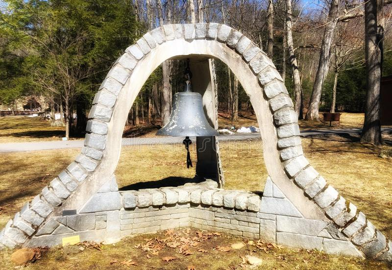Бронзовый колокол с каменной рамкой стоковые фото