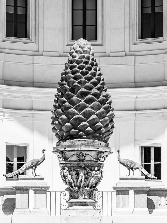 Бронзовый конус сосны, итальянский: Della Pigna Фонтаны, на дворе Pigna музеев Ватикана, государство Ватикан стоковые изображения