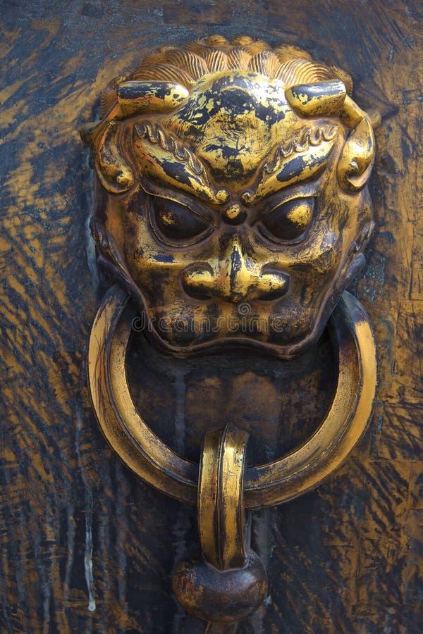 Бронзовый knocker двери животной головы qilin в Пекин стоковое фото