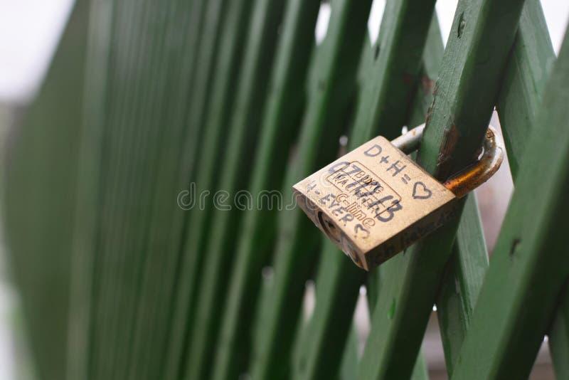 Бронзовый padlock любов colord с датой, инициалами любовника, сердцем, в Гейдельберге, Германия стоковое фото rf
