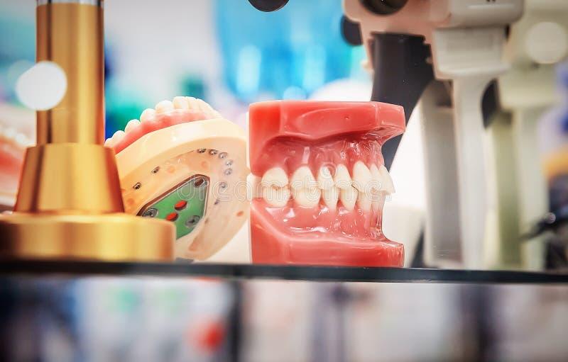 Бросания dentures стоковое фото